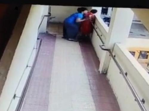 【衝撃映像】病んでる系13歳少女、女性をマンションから突き落としてしまう・・・