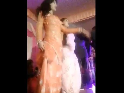 【閲覧注意】結婚式の美人ダンサー、音響システムの不調でダンスを止めた結果・・・(動画)