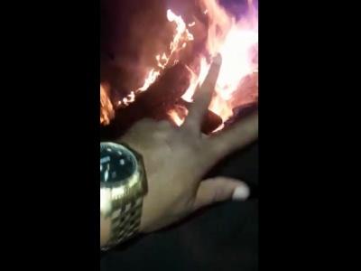 """【閲覧注意】海外ギャング、""""コレ"""" を焚き火の燃料に使ってしまう・・・(動画)"""