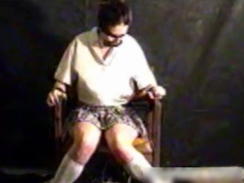 【閲覧注意】「助けて...」実の娘(JK)を残酷に拷問するマジキチ親父が見つかる・・(爪剥ぎ・鞭打ち)