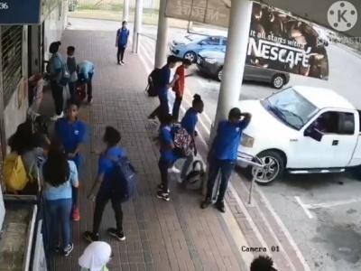 【衝撃】ピックアップトラック、学生をまとめて轢き殺しながらダイナミック入店(動画あり)