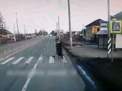 【衝撃】ドライバー女さん、横断歩道を渡っている2人の10代少女を豪快にぶっとばす・・(動画あり)