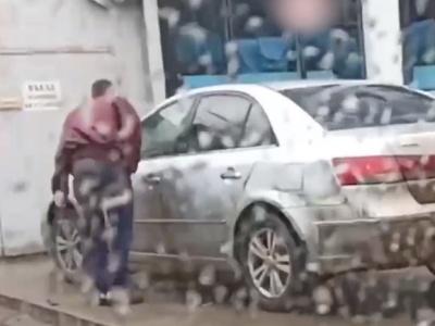 【衝撃映像】乗用車のミラーをぶち壊すキチガイ親父がどうなるかをご覧くださいwwww