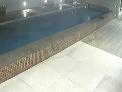 【恐怖】金持ちの自宅の屋上にある巨大プール、底が抜けた結果・・・(動画あり)