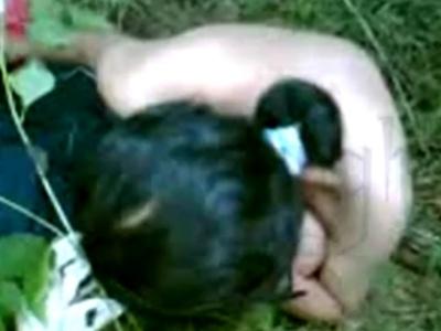 【本物注意】未成年の女子生徒が草むらで中出しレ●プされてるんだが・・・(動画あり)
