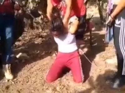 【超閲覧注意】泣きわめく若い娘を容赦なく解体する処刑動画があまりにもグロすぎる・・・