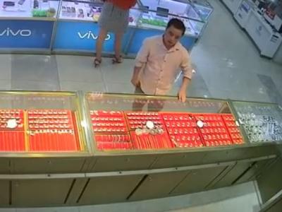 """【動画】店舗の防犯カメラに映った """"この変態の行動""""、ヤバすぎると話題になってしまうwwwwww"""