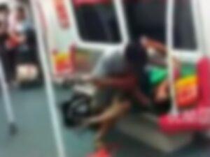【閲覧注意】地下鉄の乗客「ゾンビ化した男が乗客を食べてる!」「ハハハ...そんな訳ないだろ」→動画の内容がマジでやばかった件