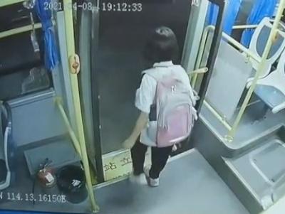【衝撃映像】中国のバスが恐ろしすぎると話題
