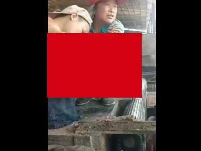 【閲覧注意】木材破砕機のローラーに腕が巻き込まれるとどうなるか、動画でごらんください