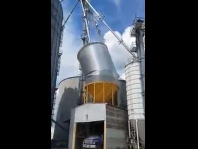 """【驚愕】大量の穀物を扱う大型機械が壊れると """"どうなるか""""、ごらんください(動画あり)"""
