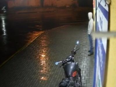 【衝撃映像】雨宿りしているこの男性が10秒後にどうなるかをごらんください・・・
