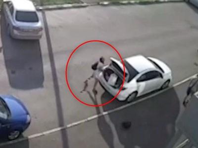 【衝撃映像】車のトランクに荷物を積んでいる女性、気付いてしまう(動画あり)