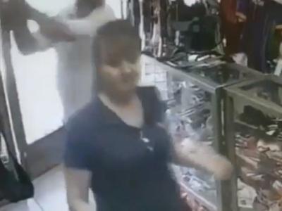 【閲覧注意】海外の強盗、女性ショップ店員でも容赦なく頭にフルスイングをかます(動画あり)