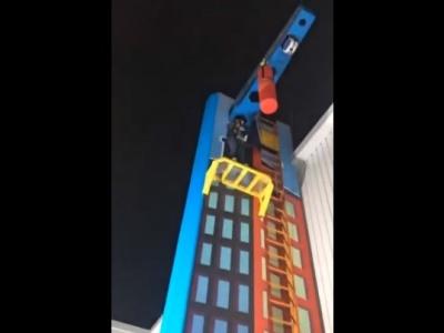 【驚愕】めちゃくちゃ危険なアトラクションに挑戦した少女、15mの高さから落下し両足を骨折する重症を負う(動画あり)
