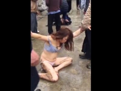 不倫がバレた人妻さん、公衆の面前で下着姿で夫にボコボコにされる(動画あり)