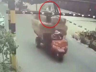 """【衝撃】オート三輪に積み上げた藁の上に乗っている男が """"3秒後"""" に死にます・・・(動画あり)"""