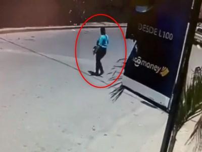 【驚愕】女さん、安全確認をせずに車道を横断してしまう(動画あり)