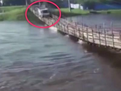 【衝撃映像】大雨で増水した河を渡ろうとしたトラック、こうなる