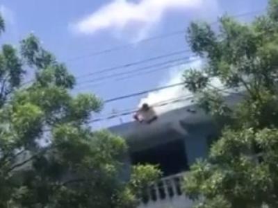 【閲覧注意】感電死してからマンションの屋上から落下した人間、ガチでグロいことになる・・(動画)
