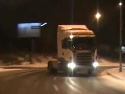 【驚愕】大型トラックでドリフトしまくるドライバーのテクがヤバいww(動画あり)