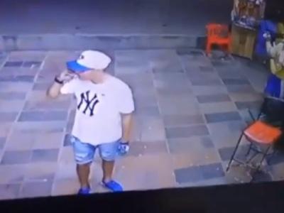 """【閲覧注意】ビリヤード上の前で一服していた男性、""""こうなる""""・・・(動画あり)"""