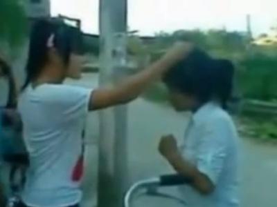 海外のSNSで話題となった女子中学生のイジメ動画、その内容がガチでエグい・・・