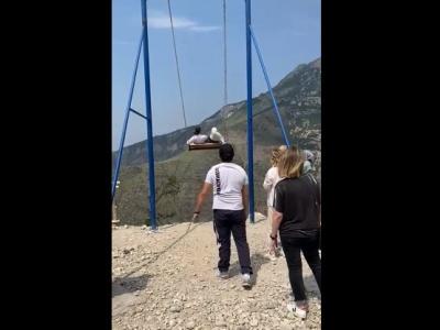 【恐怖】切り立った崖に設置された巨大ブランコに乗りこむ観光客、この後どうなると思う・・(動画あり)