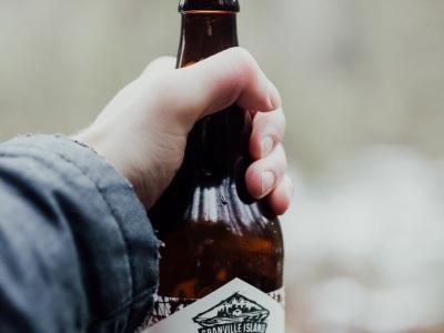 """【驚愕】ビール瓶で""""顔面フルスイング""""って正直中々できないよな・・・(動画あり)"""