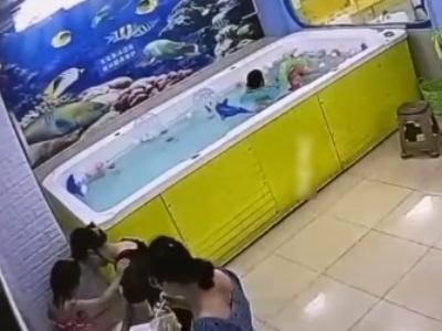 【衝撃映像】4歳の子供、母親のすぐそばで静かに溺死してしまう・・・