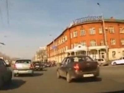 【衝撃映像】女さんが駆る乗用車、突然制御不能状態に陥ってしまう・・・