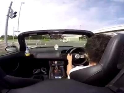 【超危険】日本の狭い道路でスポーツカーのアクセルを全開にした結果・・・(動画あり)