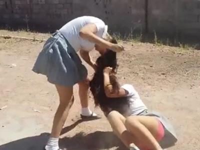 女子生徒同士の本気のケンカ、パンツ丸見えで結構エロいwwww(動画あり)