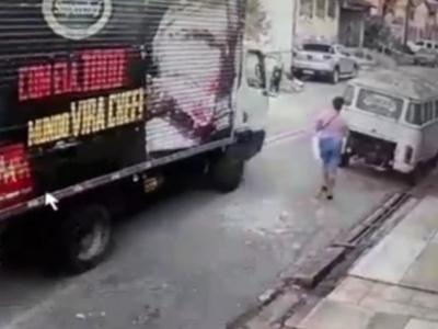 【衝撃映像】運送会社のトラック、荷台のトビラを閉め忘れて発車した結果・・・