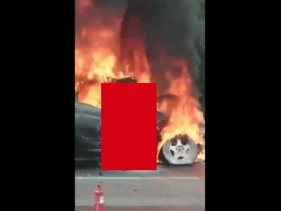 【閲覧注意】大事故後、脱出できずに車と一緒に炎上している人間が発見される(動画あり)