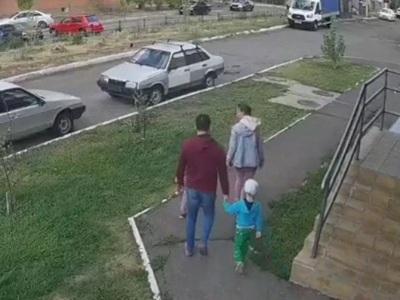 【閲覧注意】仲良く散歩中の家族。3秒後にとんでもない事が起こります・・・(動画あり)