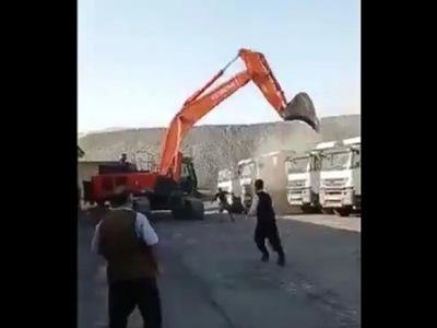 【驚愕】給料不払いにブチ切れた労働者さん、ユンボで大暴れしてしまう(動画あり)