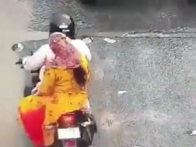 【閲覧注意】雨の路肩を走行中の2人乗りバイクがスリップした結果・・・(動画あり)