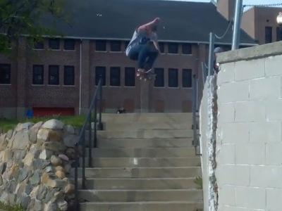 【閲覧注意】陽キャ大学生、階段ジャンプ失敗で脚がありえない方向に折れ曲がってしまう(動画あり)