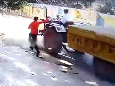"""【閲覧注意】トラクターに飛び乗ろうとした男、失敗して """"こうなる""""(動画あり)"""
