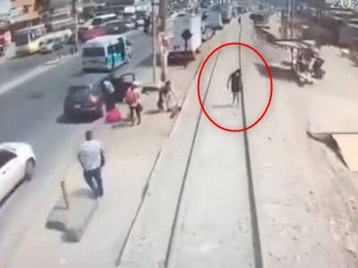 【閲覧注意】歩きながらスマホをいじっていた女さんがどうなるかをご覧ください(動画あり)