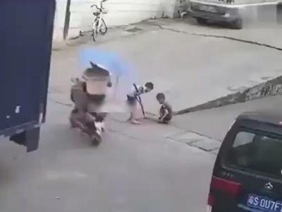 【閲覧注意】会社の駐車場付近で遊んでいた子供が3秒後にどうなるかをご覧ください・・(動画あり)