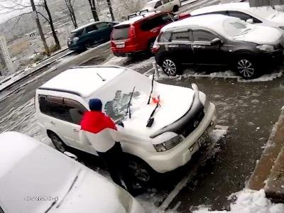【恐怖】車のフロントガラスの雪を落としている男性。5秒後に恐ろしい事が起こります(動画あり)