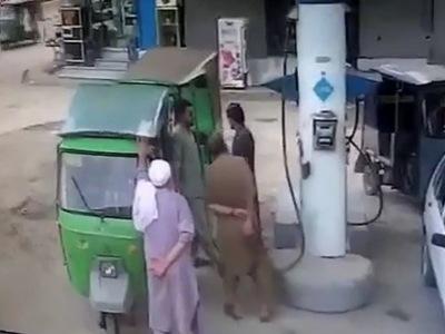 【衝撃】海外のガソリンスタンド、ガチで危険過ぎると話題になる(動画あり)