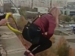 【閲覧注意】24歳の金髪美女、ビニール袋を頭に被せ電気コードで首を締める窒息拷問セックスで死亡・・・