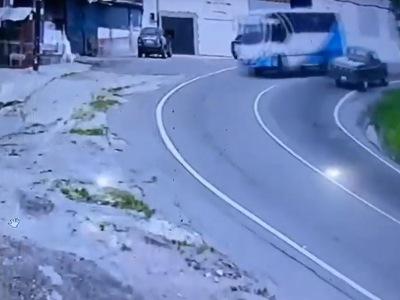 【衝撃】ありえないスピードで峠を攻めていたバス、案の定こうなる(動画あり)