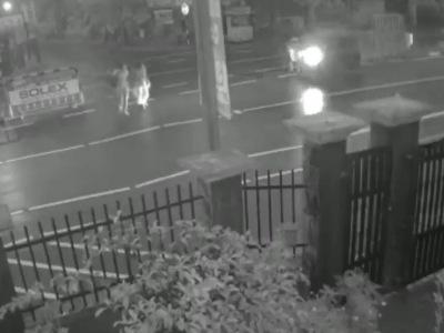 【閲覧注意】女さん、ダイナミック横断で豪快にバスを停車させてしまう(動画あり)