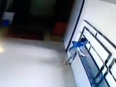 【閲覧注意】高層マンションの手すりで遊んでいた2歳の子供、こうなってしまう・・・(動画あり)