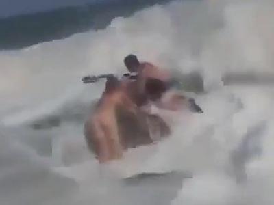 【恐怖】大シケの海で全裸で溺れている女性を救おうとしたインストラクターの男性、一緒に海に流されてしまう・・・