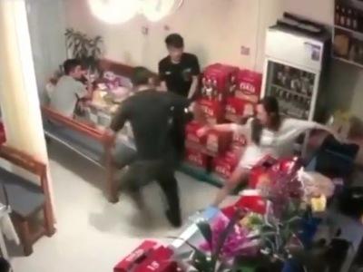 【閲覧注意】ナイフ男に拉致られそうなってる女さんを助けようとした結果・・・(動画あり)